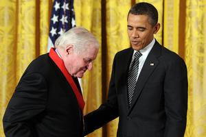 John Ashbery recevant la National Humanities Medal