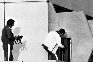 Deux tireurs d'élite se mettent en position dans le village olympique à Munich le 5 Septembre 1972.