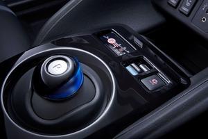 Le «joystick» pour inverser la marche demeure implanté sur la console centrale.