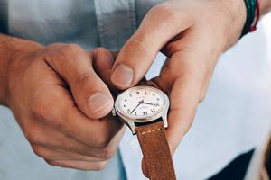 A contre-courant <br/>de la suprématie des montres connectées qui font tout toutes seules, le geste de remonter sa montre <br/>à la main chaque matin présente un charme certain (Modèle Merci).
