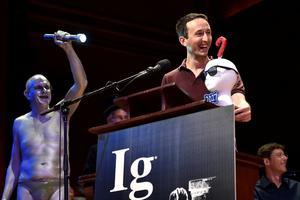 Le Français Marc-Antoine Fardin reçoit l'Ig Nobel de physique 2017 à Harvard, pour ses travaux sur les chats.