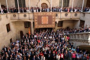 Les maires qui soutiennent le référendum posent à Barcelone, dans le palais de l'exécutif catalan, samedi.