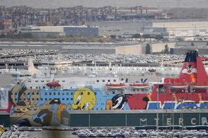 Des renforts policiers seront logés dans ce ferry, dans le port de Barcelone.