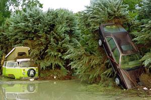 Des véhicules endommagés dans les rues de Vaison-la-Romaine le 23 septembre 1992, après la crue de l'Ouvèze.