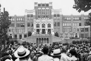 Le 3 septembre 1957 la garde nationale bloque l'accès des enfants noirs au lycée de Little Rock.