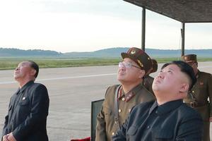 Kim Jong-un observant un tir de missile.