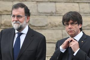 Le 20 août, Mariano Rajoy et Carles Puigdemont lors de la cérémonie en hommage à l'attentat de Barcelone. Pascal Guyot / AFP