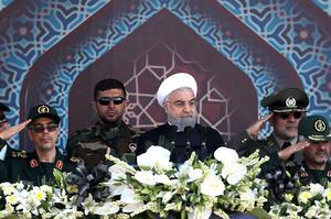 Le président iranien Hassan Rohani lors d'un défilé militaire.