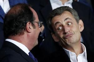 Nicolas Sarkozy et François Hollande en pleine discussion au Parc des Princes.
