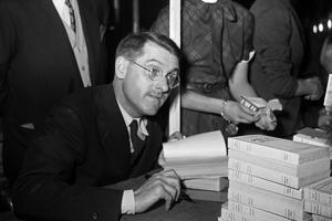 Jean Anouilh dédicace sa pièce de théâtre «Pièces roses» vers 1950.