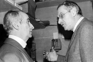 L'acteur Louis de Funès et Jean Anouilh, auteur de la pièce «La valse des toreadors» lors des répétitions à la Comédie des Champs-Élysees le 16 octobre 1973.