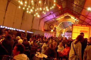 Nuit Blanche le 5 octobre 2002 à Paris: des personnes boivent un verre dans les anciennes Pompes funèbres municipales.