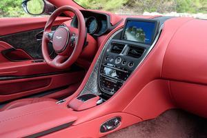 L'intérieur tendu de cuir est identique à celui de la V12.