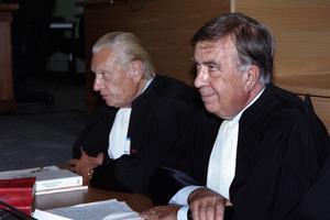 Marcel Rouxel (à gauche) et Jean-Marc Varaut les avocats de Maurice Papon à l'ouverture de son procès à Bordeaux le 08 octobre 1997.