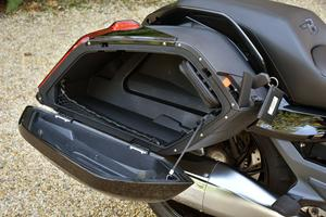 Les valises ont une contenance de 37 litres mais un casque intégral n'y rentre pas.