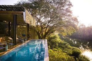 Une somptueuse piscine donnant sur la rivière Sweni. © Presse.