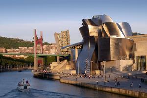 Vue sur le musée Guggenheim Bilbao, datant de mai 2011, avec le Pont de La Salve et «l' Arc rouge» posé par Daniel Buren en 2007.