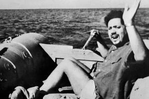 Le médecin et biologiste Alain Bombard sur son canot pneumatique l'«Hérétique» en 1952 lors de sa traversée de l'Atlantique.