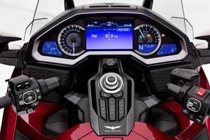 Non, vous n'êtes pas à bord d'une voiture, mais sur une moto. Le raffinement de l'équipement d'une Goldwing est légendaire.