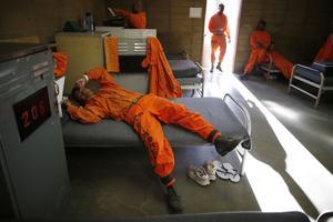 Les détenus sont logés dans des dortoirs plutôt que des cellules.