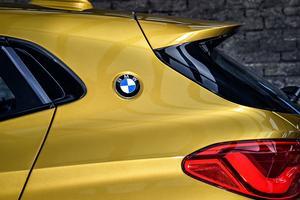 Le petit logo bleu et blanc, représentant une hélice en rotation, appliqué sur le montant situé juste derrière la vitre arrière, « <i>recrée un détail de ses coupés classiques</i>», dit BMW.