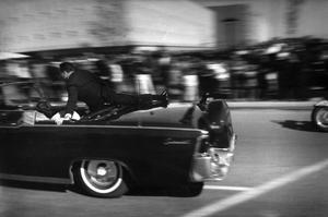 Justin Newman, photographe pour l'AP capture la limousine Lincoln fonçant vers l'hôpital Parkland.