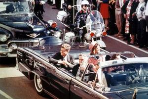 John F Kennedy et Jackie Kennedy (portant un tailleur Chanel rose) dans la Lincoln Continental dans laquelle le président américain va être assassiné quelques secondes plus tard à Dallas le 22 novembre 1963.