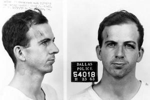 Photo anthropométrique de Lee Harvey Oswald (1939-1963), l'assassin présumé de John Fitzgerald Kennedy. Il sera lui-même tué deux jours après son arrestation par Jack Ruby à Dallas.
