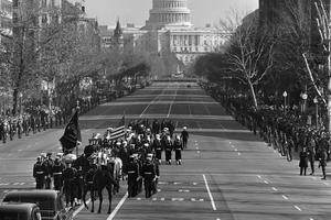 Le convoi transportant le cercueil de J. F. Kennedy, le 25 novembre, vers le Capitole. (Picture Alliance / Rue des Archives)