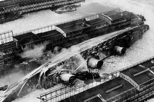 Le 9 février 1942 le «Normandie» fait naufrage dans le port de New York, à cause d'un incendie: pour l'éteindre des milliers de tonnes d'eau sont déversées provoquant le chavirement du navire.