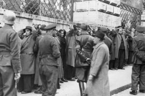 Les otages sont rassemblés devant les grilles du Palais Barberini près du lieu de l'attentat.