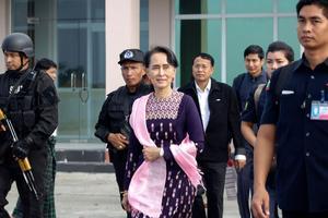 Aung San Suu Kyi, à son arrivée à l'aéroport de Sittwe le 2 novembre 2017 à Rakhine en Birmanie.