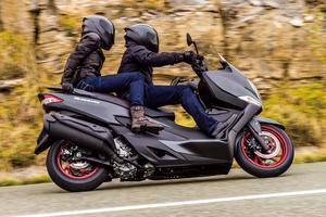 En solo ou en duo, ce maxi-scooter dispose d'un bon comportement routier.