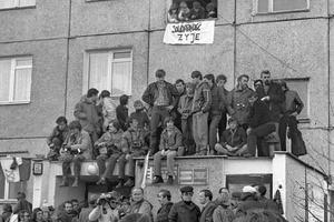 La foule se presse devant l'immeuble de Lech Walesa à Gdansk dans l'attente de son retour.