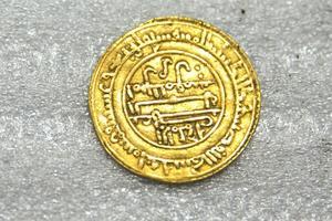 Un dinar en or retrouvé près de l'abbaye.