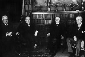 Conférence de la Paix de Paris en janvier 1919: de gauche à droite: Vittorio Orlando (Italie), David Lloyd George (Grande Bretagne), Georges Clemenceau (France) et Woodrow Wilson (États Unis).