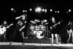 Malcolm Young, Brian Johnson, Phil Rudd, Angus Young et Cliff Williams sur scène au début des eighties.