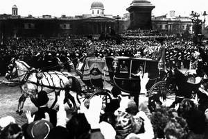 Défilé officiel lors du mariage de la princesse Elizabeth et du prince consort Philip, duc d'Edimbourg, le 20 novembre 1947.