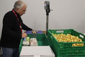 Michel, bénévole, gère l'ensemble des stocks alimentaire au centre de Nanterre.