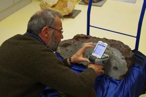 Albert Jambon analyse la météorite métallique de Morasko à l'université de Poznan, en Pologne. Elle sera une des références pour déterminer l'origine météoritique des objets en fer de l'âge du bronze.
