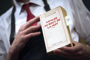 Présentation de la première édition imprimée du roman «Voyage au bout de la nuit» de Louis-Ferdinand Céline, le 17 juin 2011 à Drouot pendant une vente aux enchères marquant le cinquantième anniversaire de la mort de l'auteur.