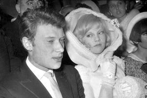 Sylvie Vartan était ravissante sous une cornette blanche.