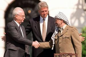 Yitzahak Rabin, Bill Clinton et Yasser Arafat à Oslo en 1993.