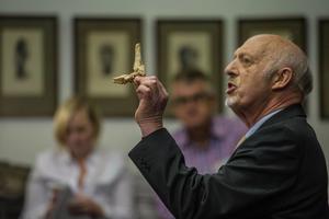 Le paléoanthropologue Ron Clarke présente d'un des ossements de Little Foot.