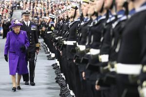 La reine Elizabeth a passé en revue la Royal Guard, jeudi, sur la base navale de Portsmouth.