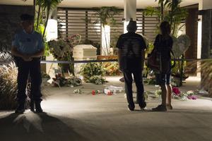 Le cercueil est bien gardé par les gendarmes de l'île tandis que les visiteurs saluent la dépouille de l'artiste.