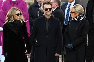 Laura Smet et David Hallyday attendant le cercueil de leur père.