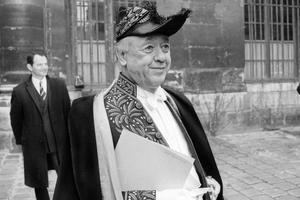 Eugène Ionesco en costume d'académicien lors de sa réception à l'Académie française le 25 février 1971.