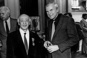 Eugène Ionesco, qui vient d'être fait officier de la Légion d'Honneur, avec Milan Kundera, en 1984.
