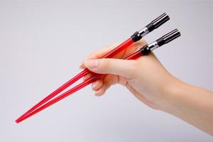 Des baguettes chinoises sabre-laser.